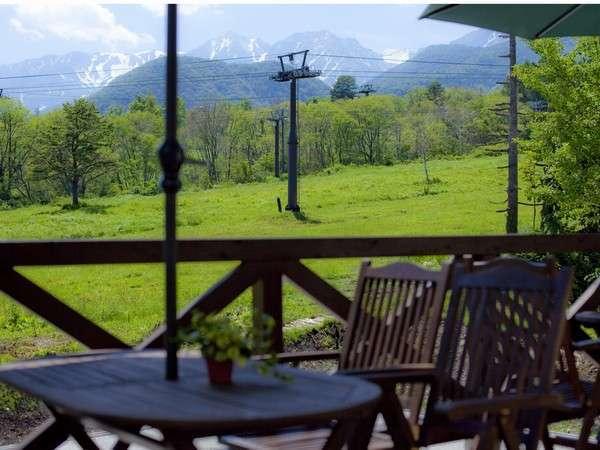 ホテルの眼の前に広がる草原から百名山が連なる白馬連峰の絶景を望むことが出来る。