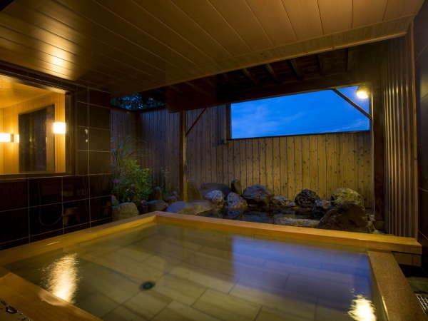 夜の露天風呂は幻想的で美しい