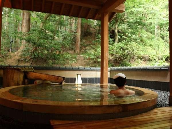 キラキラひかる緑を仰ぎ見る、自然溢れる露天風呂