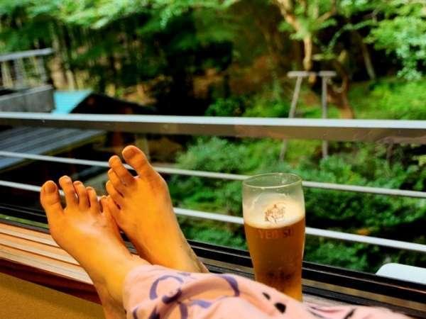 お風呂あがり、お部屋の窓から庭を眺める。ボーっと、ビールと一緒に。