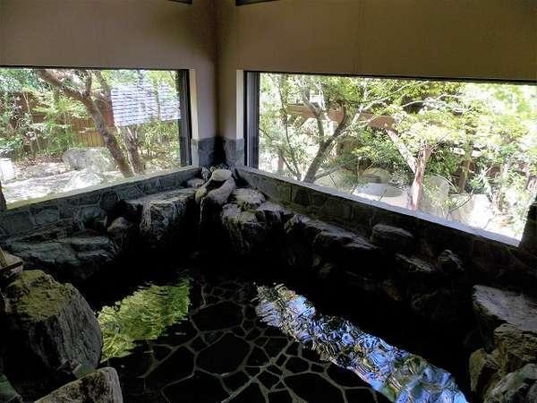 別邸専用の大岩風呂 4~5人がゆっくり入れます