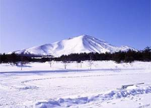 ■施設入り口から見た「浅間山」。手前は、天然のアイススケート場になります