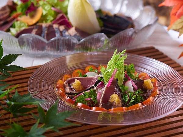 【9月~11月夕食バイキング】戻りカツオのサラダ仕立て(写真はイメージです)
