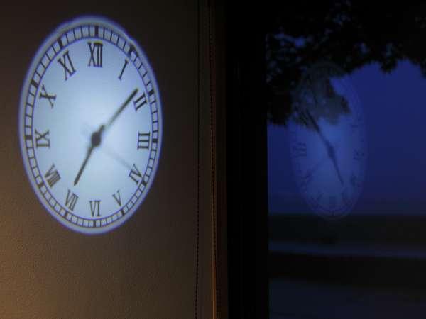 夜になると見える壁時計。錦水館にお越しの際は、探してみて下さい♪