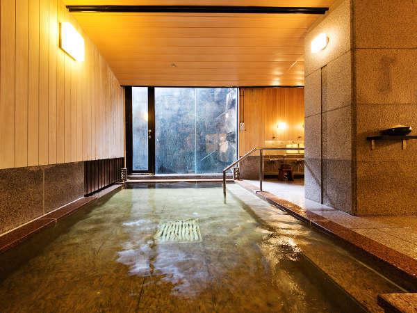 """当館の敷地内に源泉を持つ""""宮島では稀少""""な温泉。『塩』で清めて""""湯の贅""""を楽しむのも宮島ならでは。"""