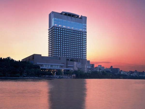 帝国ホテル大阪の東側には雄大な大川の流れを望めます。