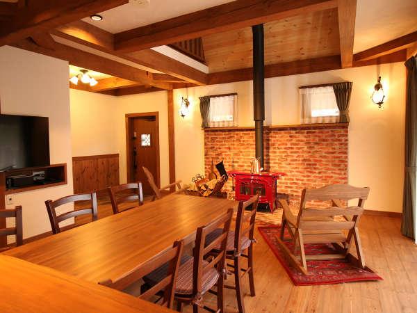 大きなダイニングテーブル・アイランドキッチンが印象的なLDK【~6名様:しゃくなげ24号館-スウィートIV】