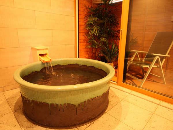 もちろんお風呂も貸切り、直径約130cmの信楽焼の陶器風呂【~6名様:しゃくなげ24号館-スウィートIV】