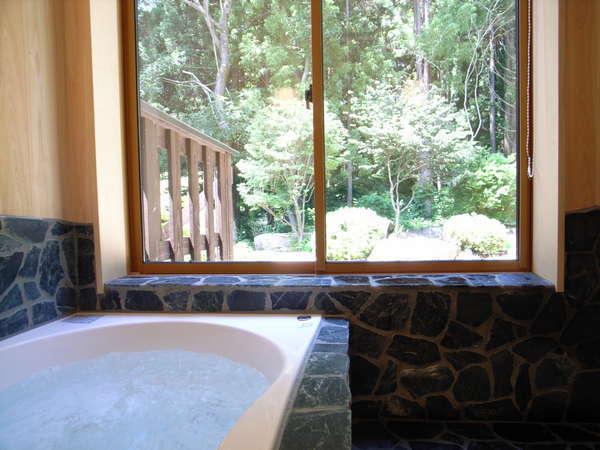 庭が一望できるKURAのバスルーム【~4名様:しゃくなげ23号館-スウィートⅢ(KURA)】