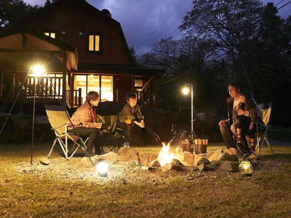 スウィートIV【LODGE】のファイヤープレイスで焚き木を楽しむ
