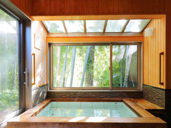 【帰天の湯(内風呂)】内風呂。夜は竹やぶがしっとりと包み、朝は光がやさしく差し込むお風呂です。