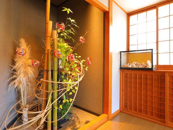 【本館玄関】季節に合わせた自然のオブジェがお出迎え