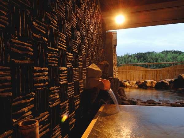 壁面の備長炭からのマイナスイオンもリラックスの要因に。
