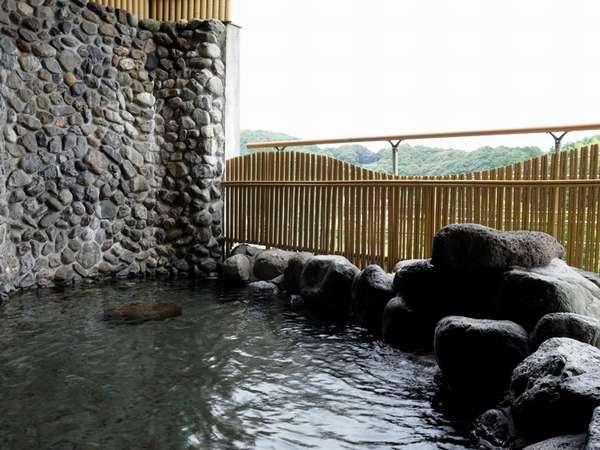 ちょっと熱めの岩風呂。各浴槽若干温度が違います。
