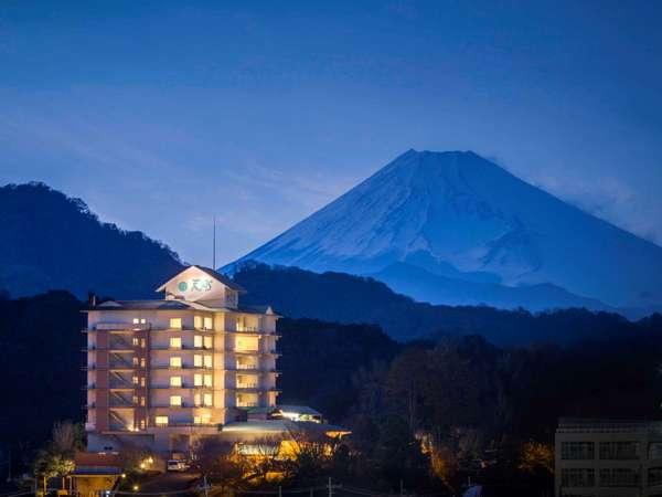 雄大な富士山と夕方の全景写真