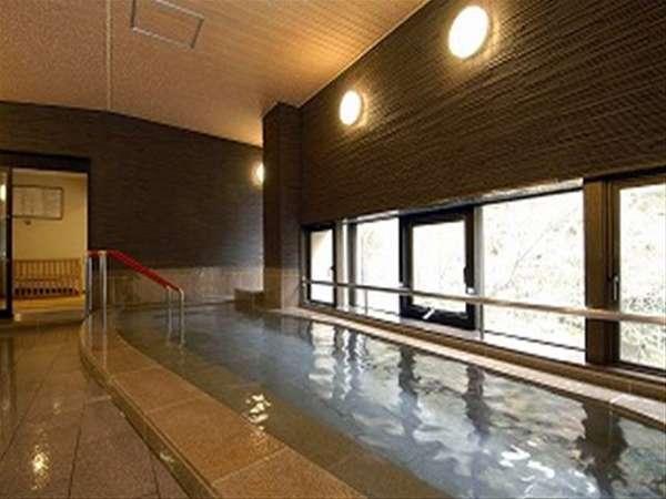 女性大浴場です。川を望みながらのんびりと温めの湯に浸かってください