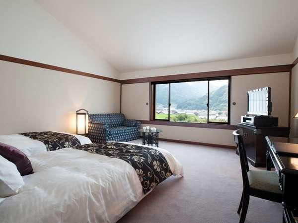 天井高い開放的な広さのスーペリアツイン。ベッドはシモンズ製のセミダブルを配置。