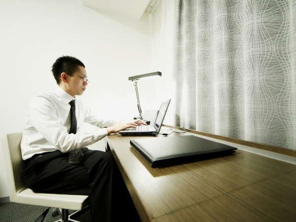 広々使えるワイドデスクで部屋での仕事もはかどります♪