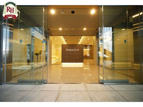 【1階ホテル入口】自動ドアをお入りいただくと、エレベーターホールがございます。