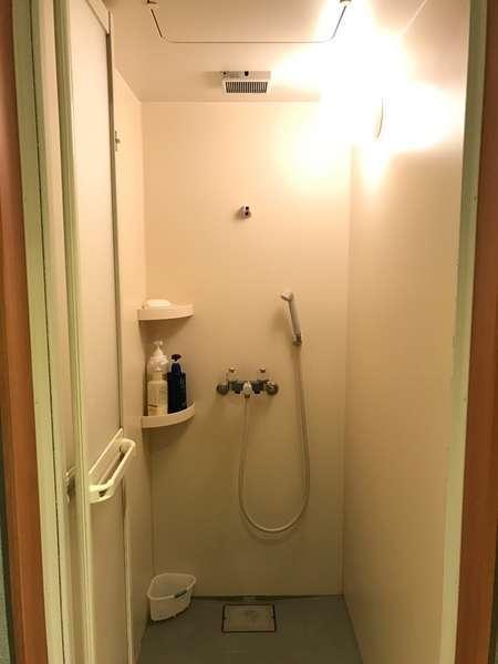 シャワールーム(男性用2基・女性用2基)24時間ご利用可能です。