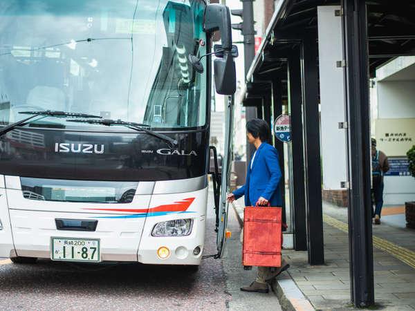 玄関前に長崎空港行きリムジンバスが停車。雨の日も濡れずにラクラクご乗車できます。