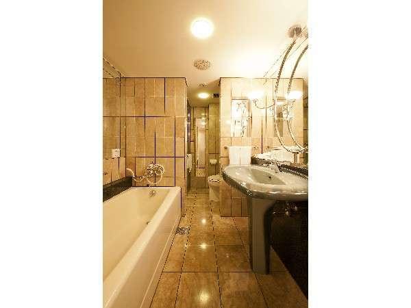 デラックスツイン<A>浴室。奥にシャワーブース