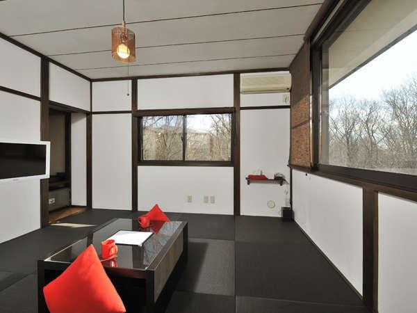 黒の琉球畳と広い窓が特徴の客室(客室例:赤)