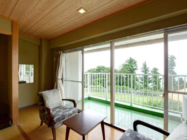 *東館和室(客室一例)/お食事を終えた後は山の風が心地よいテラスへ。
