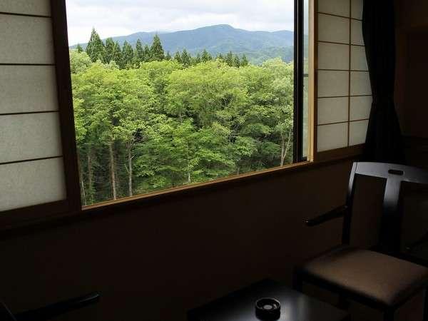 窓からは、小川と四季折々に美しい山々を望みます。(和室からの眺望一例)