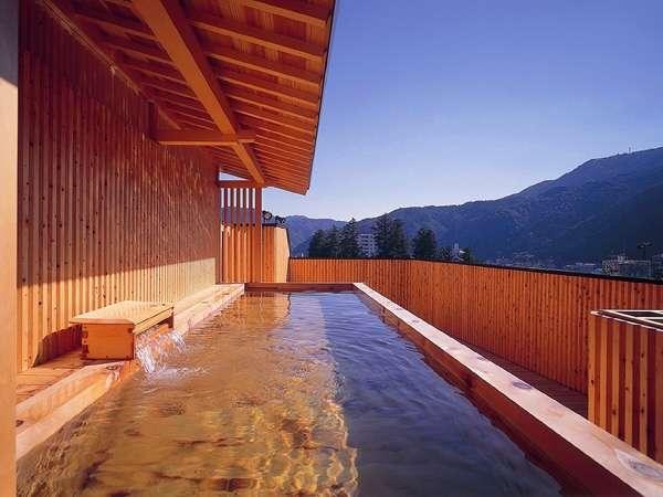 ▲総檜展望露天風呂からは飛騨の山並や温泉街を一望できます