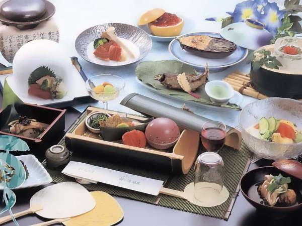 食の饗宴廻り来る四季と美を彩り豊かに盛り付ける食の贅沢。目で味わい舌で楽しむ華やかに飾る≪料理一例≫