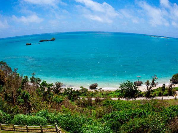 【スーペリアツインルーム】からの眺め。パノラマで広がるコバルトブルーの海。青色に包まれる癒しの時間。