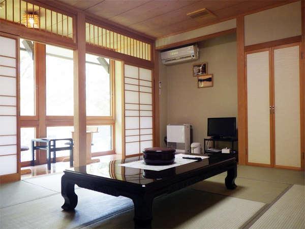 *和室/落ち着いた雰囲気のお部屋。窓の外には季節ごとの美しい自然の景色が広がります。