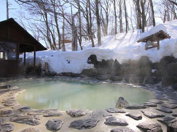 【鬼面の湯】鬼面の湯付近の残雪はGW辺りまで残っています。