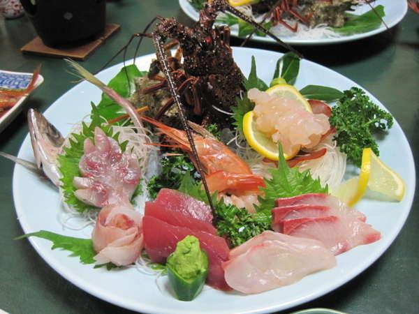 一人前の皿。ぷりぷりの海老の大きさ、新鮮な刺身との盛り付けの美しさに歓声が・・