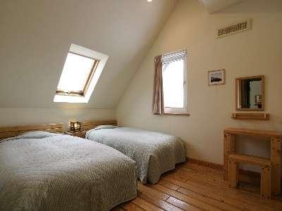 天窓の付いたツインルームと和洋室では、夜、ベッドに横になったまま輝く星空を眺めることが出来ます。