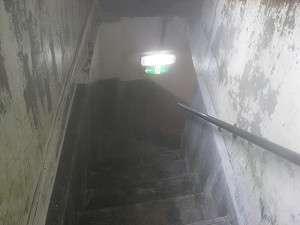 金泉の蒸気が立ちのぼる階段の下がお風呂です(男湯)しっかり手すりにつかまって降りてくださいネ!