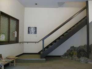 玄関より2階へ上っていただく階段です、両側には手すりも備わっています