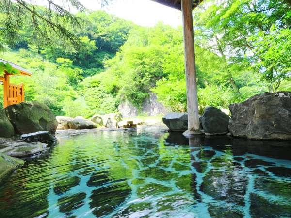 新緑に覆われた中での露天風呂は開放的で心が和みます。