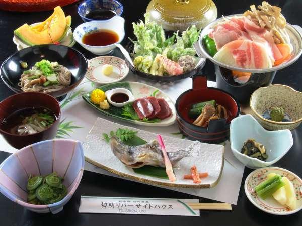 夕食は鍋・焼き魚・そば・天麩羅など種類豊富な郷土の味をご用意いたします。