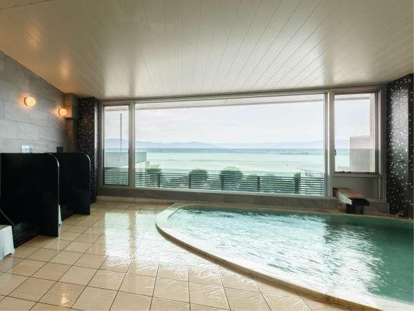 諏訪湖を眺めながらゆっくり☆かけ流し至福の時間をお過ごしください。仕切りあります。大浴場男湯