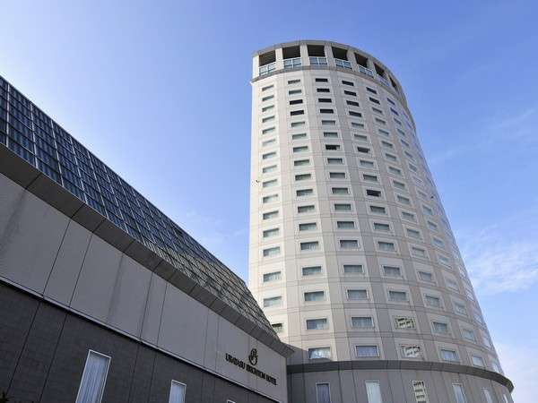 JR新浦安駅直結で好アクセス。円筒状の22階の建物です。
