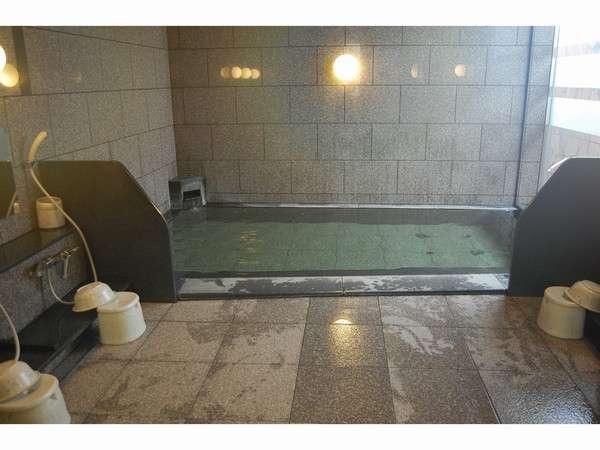 男性大浴場で疲れた体を芯から癒し、お風呂上りはマッサージチェアをご利用されてはいかがですか。