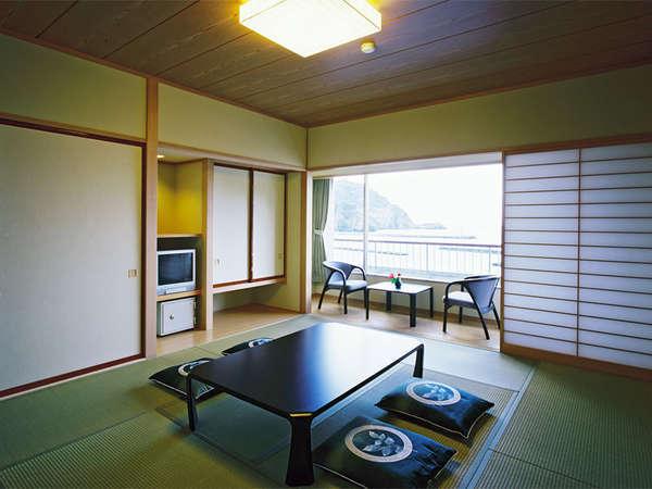 *海側和室一例。お部屋の大きな窓からは、駿河湾が見えます。禁煙のお部屋も同タイプの造りです。