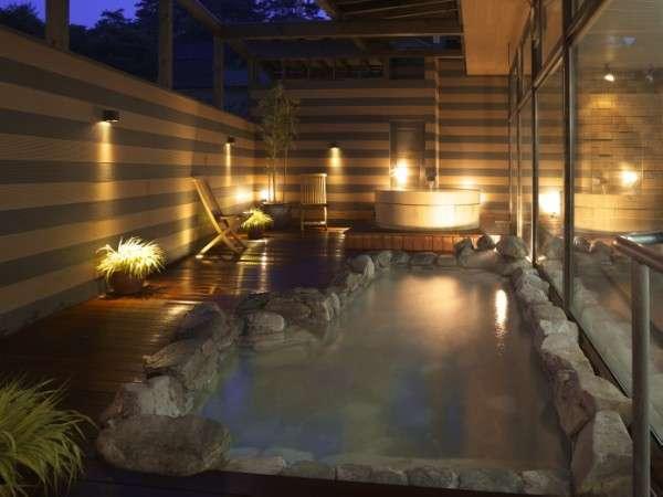 湯畑源泉が掛け流されている夕刻の露天風呂「泉」(岩風呂・樽風呂)