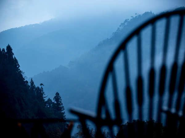 山間に漂う朝靄、太陽に照らされ色彩を取り戻す稜線、ライトアップされる竹林等、山の情景をお愉しみ下さい