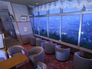 長崎の夜景を一望できる落ち着いたロビー