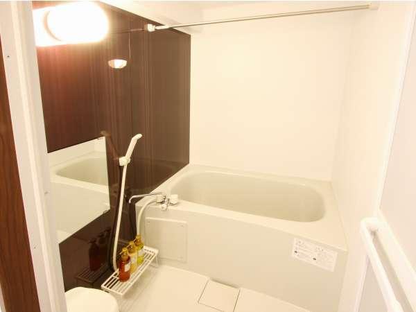 シャワー付きバスルーム。バスタブに浸かってゆっくりと疲れを癒してください。