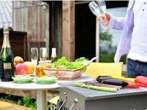 全客室ウッドデッキとミニキッチン完備♪お部屋の持ち込みは自由で、自炊やBBQも皆で行えます。