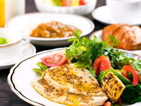 【洋食盛り付けの一例】新鮮な地元野菜のサラダを、是非お召し上がりください。